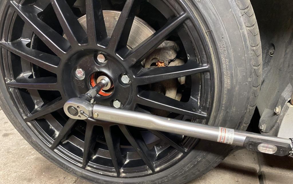 Tightening the CV drive shaft nut